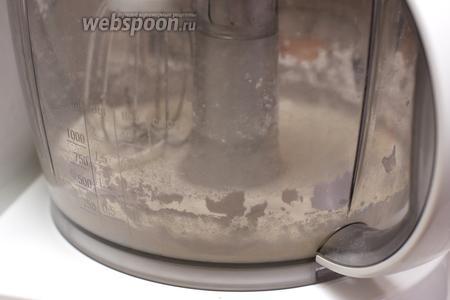 Взбить миксером белок 1 яйца, затем добавить к нему сахарную пудру, продолжая взбивать.