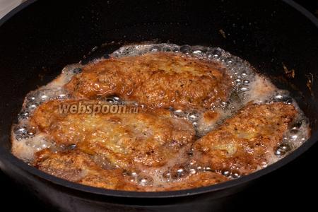 Каждый кусок мяса ещё раз обмакнуть в манную крупу, а затем в яйца, и обжарить на растительном масле (3 ст. л.) в хорошо разогретой сковороде. Также можно вместо манки использовать муку.