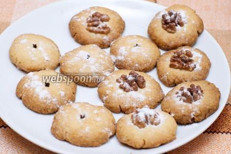 Готовое печенье остудить и присыпать сахарной пудрой.