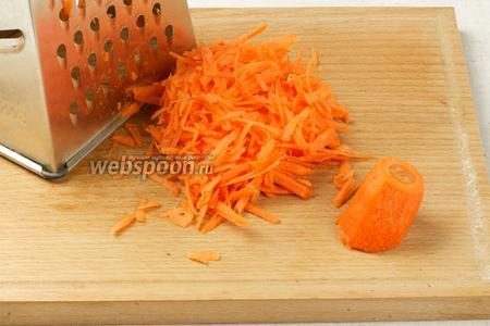 Морковку очистить и потереть на крупной тёрке.
