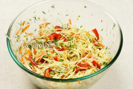Добавить 3-4 столовые ложки растительного масла, хорошо перемешать и посолить по вкусу.