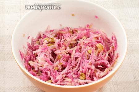 Салат из редьки хорошо перемешать, добавить соль, перец по вкусу и оставить в холодильнике на 40-60 минут.