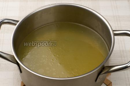 Процедить куриный бульон. Его можно хранить в холодильнике несколько дней или месяц в замороженном виде.