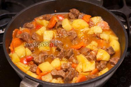 Тушить гуляш под крышкой помешивая, до готовности картофеля. Дать настояться 5-10 минут. Подавать гуляш из говядины присыпав зеленью.