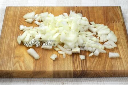 2 средние луковицы очистить и мелко порезать.