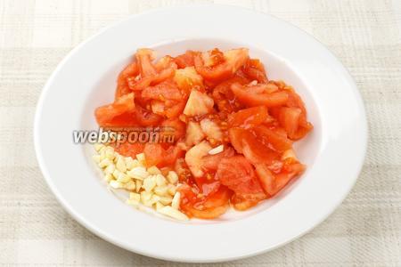 Чеснок мелко порубить, помидоры очистить от кожуры и порезать.
