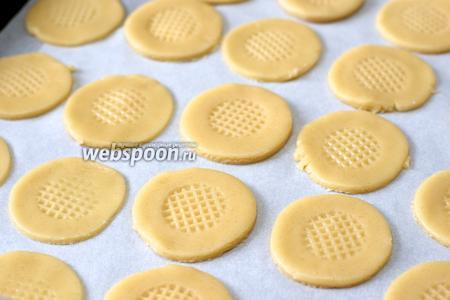 Выложить печенье на противень застеленный пергаментной бумагой, получается 20-22 штуки.