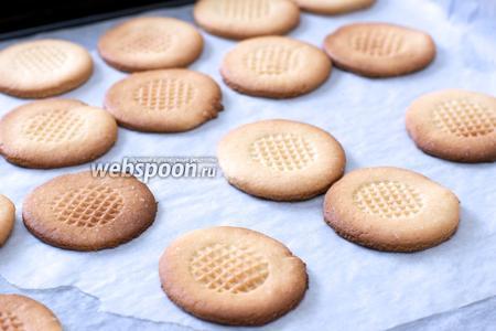 Выпекать в разогретой до 220 °С духовке 5-7 минут до румяного цвета. Подавать печенье можно с  карамелью .
