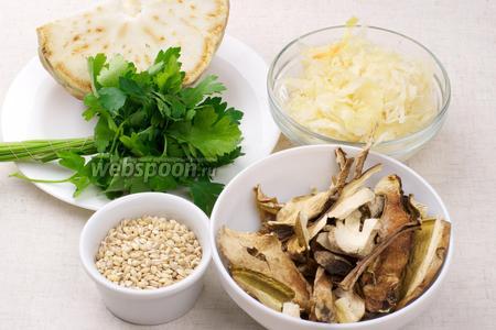 Для приготовления грибных щей нужна так же перловая крупа, корень сельдерея, кислая капуста, зелень и специи.