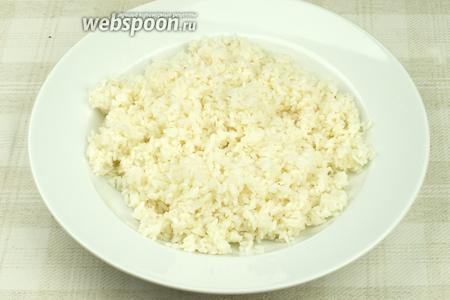 В готовый горячий рис добавить заправку и хорошо перемешать (лучше мешать палочками). Дать рису немного остыть и можно приступать к приготовления роллов.