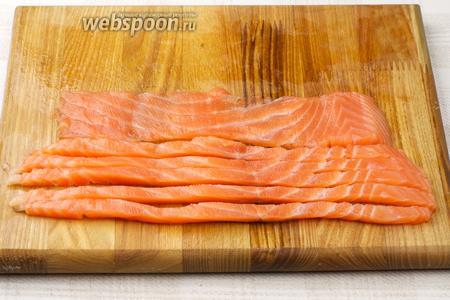 Рыбу порезать на тонкие полоски.