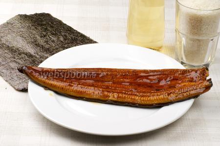 Для приготовления роллов с угрём нужны так же рис, листы нори, уксус рисовый и коричневый сахар.