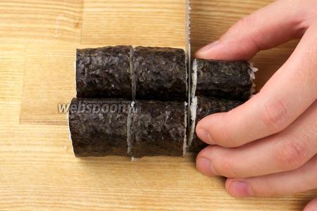 Разрезать ролл пополам, а затем на 3 или 4 части. Подавать с соевым соусом, маринованным имбирем и васаби.