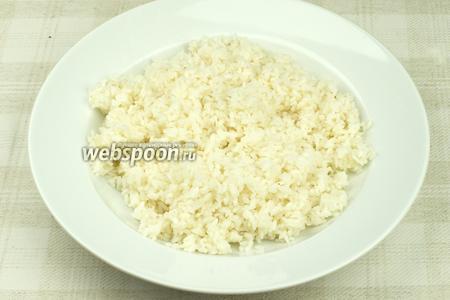 В готовый горячий рис вылить заправку и тщательно перемешать всё палочками — дать немного остыть.