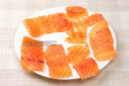 Филе лосося необходимо нарезать тонкими пластинами, как на фото.