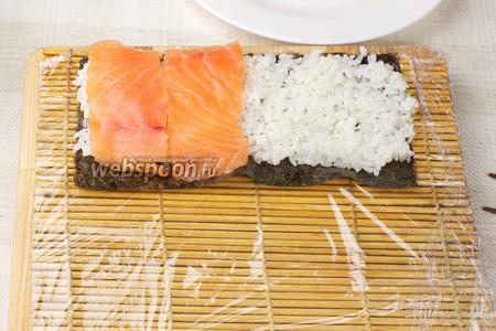 На рисе аккуратно разместить наши полоски лосося.