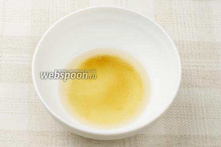 В это время приготовить заправку — смешаем 2 ч.л. рисового уксуса, 2 ч.л. коричневого сахара и 1 ч.л. тёплой воды. Весь получившийся раствор необходимо тщательно перемешать, чтобы сахар растворился.