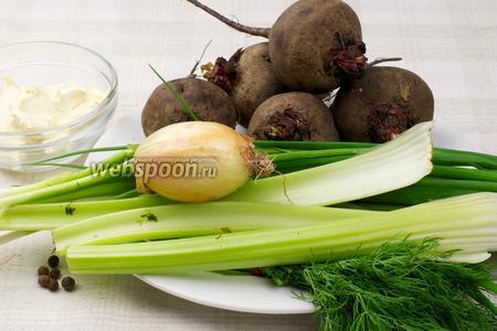 Указанный объём продуктов идёт на 1 литр воды. Сметана используется как заправка, она должна быть жирная и не кислая, для бульона нужны 5-6 свёкол, лук, зелень и стебли сельдерея.