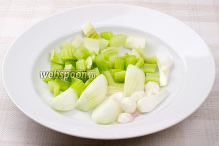Стебли сельдерея, репчатый лук и белую часть зелёного лука помыть и порезать.