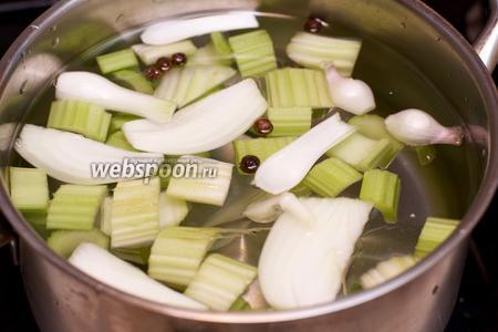 Залить овощи 1 литром холодной воды, добавить душистый перец, довести до кипения и варить 45-55 минут на медленном огне.