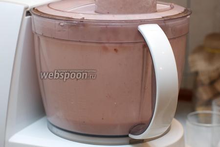 6-8 ягод клубники отложить для украшения торта.   Взбить сливки с сахарной пудрой, а затем добавить клубнику и взбить всё ещё раз.