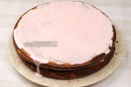 Затем аккуратно накрыть вторым коржом и выложить оставшуюся часть крема.