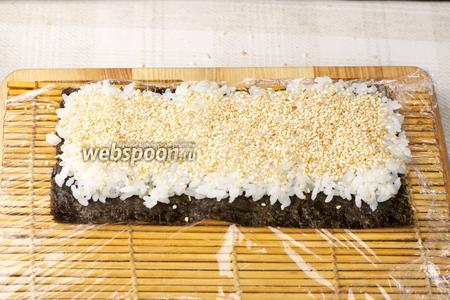 Затем рис присыпать кунжутными семенами.