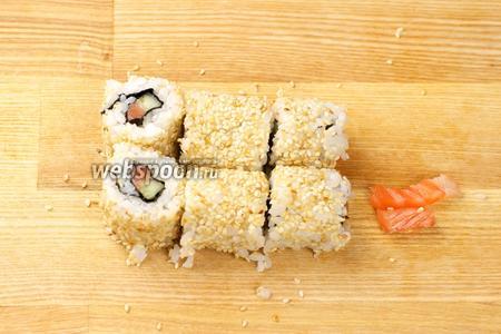 Разрезать ролл на 3-4 равные части. Подавать с маринованным имбирём, васаби и соевым соусом.