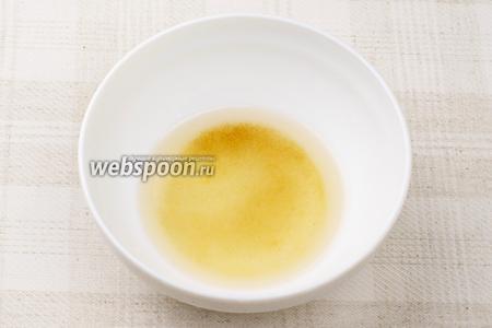 Приготовить рисовую заправку — смешать по 2 ч.л. рисового уксуса, коричневого сахара и тёплой воды. Мешать пока сахар полностью не растворится.