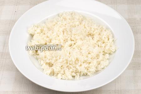 Добавить в готовый горячий рис заправку — быстро и тщательно перемешать всё палочками. Затем дать немного остыть.