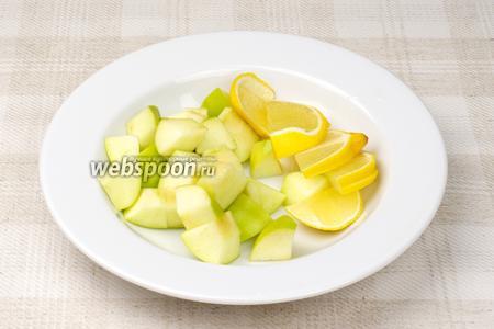 Яблоко помыть и удалить семена, затем порезать кубиками. Половину лимона порезать дольками.