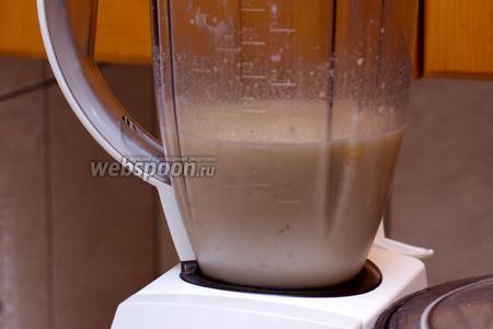 Сначала взбить в блендере бананы с половиной молока и мороженого.