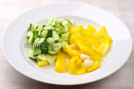 Огурцы и сладкий перец помыть и крупно порезать.
