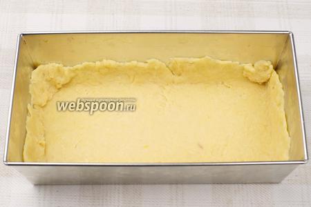 2/3 готового теста раскатать и выложить в форму, размером  30х15 см, предварительно смазанную сливочным маслом, так чтобы был бортик из теста высотой 2-4 см.
