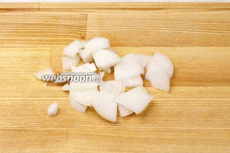 1 небольшую луковицу очистить и тонко порезать.