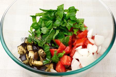 Соединить баклажаны, помидоры, лук и базилик, добавить растительное масло.