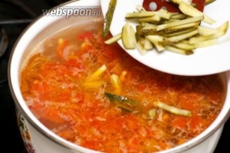 Затем идут солёные огурцы — после каждой закладки нового ингредиента суп доводим до кипения.