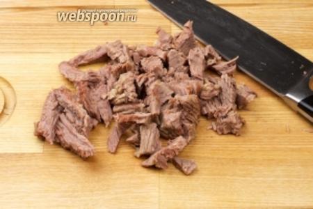 Когда бульон сварится, всё из него вынуть и процедить — отваренную говядину порезать соломкой.