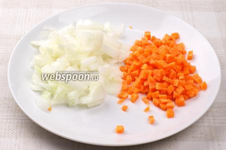 Морковку и лук очистить, помыть и порезать кубиками.