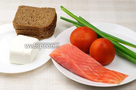 Для приготовления бутербродов нужны помидоры, сыр фетакса, слабосолёная рыба, несколько перьев зелёного луки и чёрный хлеб..