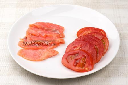 Рыбу и помидоры нарезать тонкими пластинами.