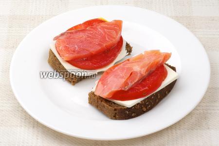 Сверху на сыр выложить помидор, а потом рыбу.