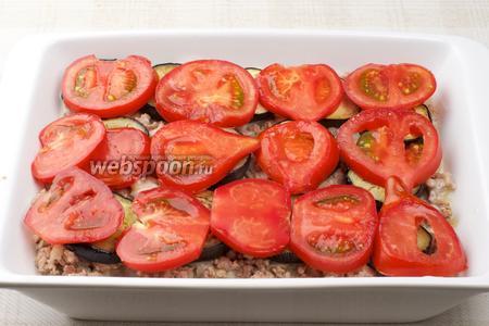 Сверху на баклажаны положить помидоры.