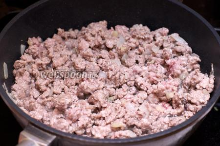 Затем добавить фарш, щепотку соли и чёрного молотого перца и готовить всё пока фарш не станет бело-розовым 15-20 минут.
