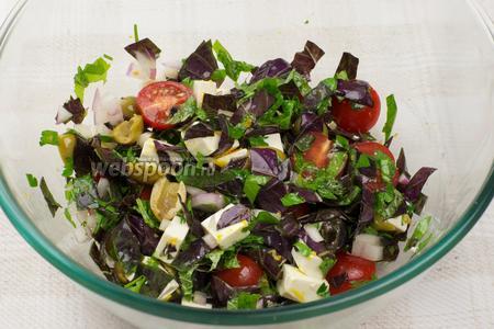 Аккуратно перемешать салат и добавить чёрный молотый перец по вкусу.