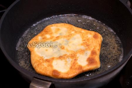 Разогреть в сковороде 3 ст.л. растительного масла и обжарить хачапури с двух сторон на среднем огне.
