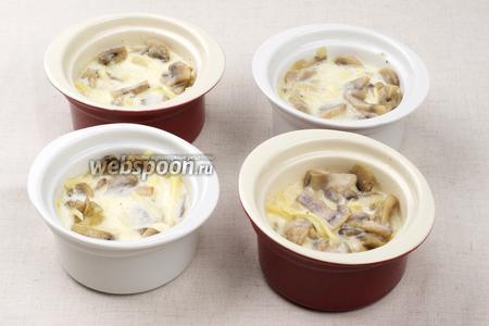 Влить соус на основе молока так, чтобы он покрыл грибы.