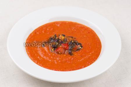 Подавать суп тёплый, выложив в центр тарелки 1-2 ст. л. заправки из помидоров и базилика.