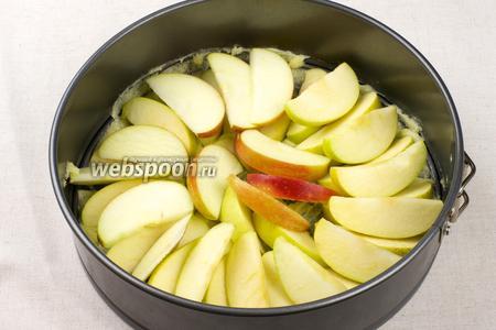 Красивым веером выложить порезанные яблоки в 2 яруса.