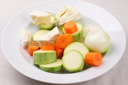 Все овощи хорошо помыть, очистить и крупно порезать.